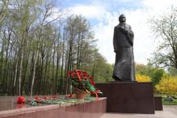 Работники Комитета государственного контроля возложили цветы к монументу в честь матери-патриотки А.Ф.Куприяновой в Жодино