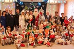 В преддверии новогодних праздников Леонид Анфимов вручил подарки воспитанникам Ждановичского детского дома